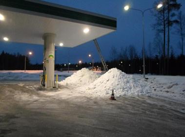 Очистка от снега навеса ТРК и здания АЗК «ВР-Скотное»